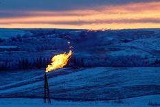 Факел попутного газа близ нефтяной скважины под Уотфордом, Северная Дакота. 21 января 2016 года. Сегодня себестоимость добычи производителей сланцевой нефти в США почти такая же низкая, как и у одних из крупнейших нефтедобытчиков ОПЕК – Ирана и Ирака, и внушительные результаты на месторождении Bakken в Северной Дакоте – яркое тому подтверждение. REUTERS/Andrew Cullen
