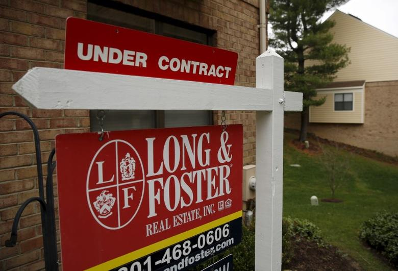 A townhouse for sale that is currently under contract is seen in Bethesda, Maryland December 30, 2015. REUTERS/Gary Cameron