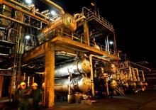 НПЗ нефтегазовой группы MOL в Схазаломбатте. Цены на нефть выросли более чем на 7 процентов в среду, поскольку несколько крупнейших в мире добытчиков впервые с 2008 года договорились сократить производство в попытке поддержать цены.  REUTERS/Laszlo Balogh/File Photo