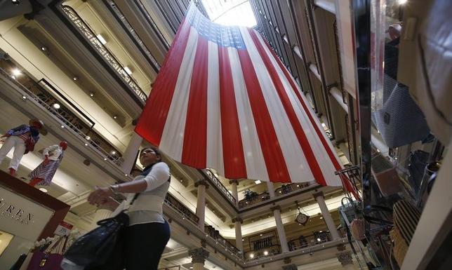 11月30日、米商務省が発表した10月の個人所得・支出統計によると、消費支出が前月比0.3%増で、市場予想の0.5%増に届かなかった。写真は2014年5月、シカゴのショッピングモールで(2016年 ロイター/Jim Young)