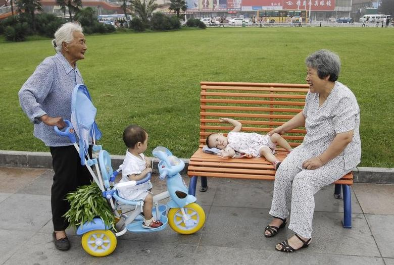 Grandmothers chat as they take care of their grandchildren on a street in Xiangfan, Hubei province July 11, 2008. The number of only children in China has surpassed 100 million since the introduction of the one-child policy in the late 1970s, accounting for about 8 percent of China's 1.3-billion population, China Daily reported. REUTERS/Stringer (CHINA).  CHINA OUT. NO COMMERCIAL OR EDITORIAL SALES IN CHINA.