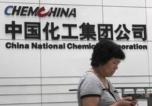 Una mujer revisa su telefono en la sede de la Corporación Nacional Química de China en Pekín, 20 de julio 2009. China National Chemical Corp (ChemChina) creará un fondo para recaudar 5.000 millones de dólares para ayudar a financiar su compra del grupo agroquímico suizo Syngenta, dijeron dos fuentes con conocimiento directo del tema a Basis Point, una publicación de Thomson Reuters. REUTERS/Stringer/File Photo