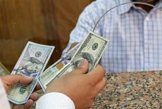 Cliente troca notas de dólar em casa de câmbio no Egito 03/11/2016 REUTERS/Mohamed Abd El Ghany