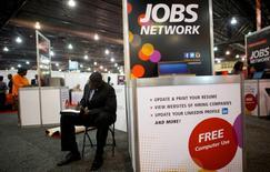 Homem preenche ficha de emprego em feira na Filadélfia.     25/07/2013          REUTERS/Mark Makela/File Photo