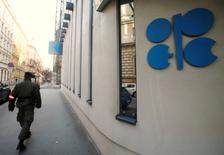 La OPEP se reunirá con países productores de petróleo fuera del bloque para finalizar los detalles de un acuerdo global para limitar el suministro, en un encuentro previsto para el 10 de diciembre en Viena, dijeron a Reuters dos fuentes el sábado. En la foto, un soldado delante de la sede central de la OPEP en Viena el 29 de noviembre de 2016. REUTERS/Heinz-Peter Bader