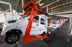 Una línea de ensamblaje de autos en Weifang, provincia de Shandong, China, 1 de diciembre, 2016. El crecimiento del sector de servicios de China se aceleró en noviembre a un máximo en 16 meses, mostró una encuesta privada, aunque el aumento de los nuevos pedidos se redujo ligeramente y las expectativas de negocios se moderaron. China Daily/via REUTERS