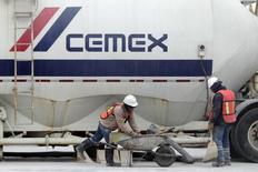 Trabajadores se paran frente a un Camión en una planta de concreto de la cementera CEMEX, en Monterrey, 24 de febrero 2015. La cementera mexicana Cemex dijo el lunes que una de sus subsidiarias indirectas, Sierra Trading, hará una oferta pública de compra a accionistas de Trinidad Cement Limited (TCL) para aumentar su participación a un 74.9 por ciento, en una operación por unos 89 millones de dólares. REUTERS/Daniel Becerril