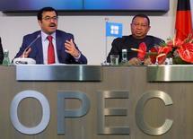 El presidente de la OPEP y ministro de Energía de Qatar, Mohammed bin Saleh al-Sada, y el secretario general de la OPEP,  Mohammad Barkindo, brindan una conferencia de prensa luego del encuentro del grupo en Viena, Austria, November 30, 2016. La OPEP espera que la demanda petrolera en 2017 sea igual de sólida que la de este año, dijo el lunes el secretario general del grupo en una conferencia sobre energía, pese a que un reciente acuerdo para recortar el bombeo podría hacer subir los precios del crudo.  REUTERS/Heinz-Peter Bader