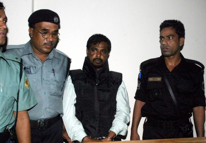 Police guard Mufti Abdul Hannan (2nd R), alleged leader of the Bangladesh chapter of the Islamist militant group Harkatul Jihad, outside a court in Dhaka October 2, 2005. REUTERS/Rafiqur Rahman