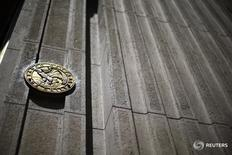 Imagen de archivo del emblema del Banco Central de Chile en la entrada de la sede principal en Santiago. 7 noviembre 2014. El valor de las exportaciones de cobre de Chile cayó un 5,1 por ciento interanual en noviembre, en medio de la debilidad que he experimentado este año el precio global del metal, según datos difundidos el miércoles por el Banco Central. REUTERS/Iván Alvarado