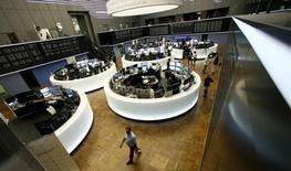 Les Bourses européennes restent orientées en nette hausse mercredi à mi-séance, Le CAC 40 prend 0,85% à 4.671,47 points vers 12h00 GMT, à ses pics de l'année. Le Dax gagne 1,48%, ayant touché en séance son plus haut niveau depuis exactement un an, et le FTSE avance de 1,63%. /Photo d'archives/REUTERS/Ralph Orlowski