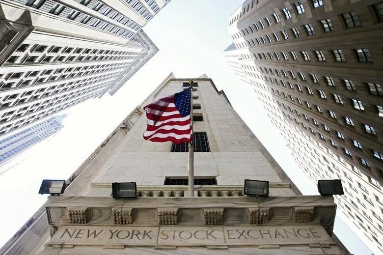 2015年8月26日,美国纽约证交所入口处的美国国旗。REUTERS/Lucas Jackson