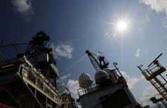 Глубоководная нефтяная платформа Centenario в Мексиканском заливе. Цены на нефть немного растут на торгах в четверг после резкого спада по итогам предыдущей сессии на фоне снижения запасов в США и слабого доллара. REUTERS/Henry Romero