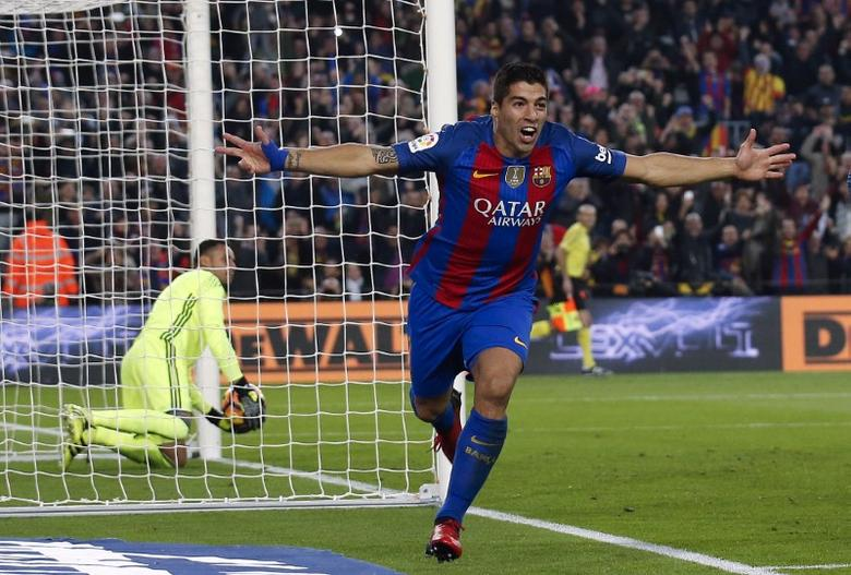 Football Soccer - Barcelona v Real Madrid - Spanish La Liga Santander- Nou Camp Stadium, Barcelona, Spain - 3/12/16. Barcelona's Luis Suarez celebrates after scoring their first goal during the ''Clasico''.        REUTERS/Albert Gea  TPX IMAGES OF THE DAY - RTSUHS0