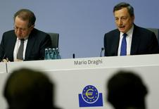 European Central Bank President Mario Draghi (R) and Vice President Vitor Constancio address a news conference at the ECB headquarters in Frankfurt, Germany, December 8, 2016.  REUTERS/Ralph Orlowski
