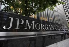 Una vista del exterior de la sede central de JP Morgan Chase & Co en Nueva York, 20 de mayo 2015. El regulador de competencia de Brasil, Cade, dijo que llegó a un acuerdo con cinco grandes bancos internacionales a los que multó por un total de 183,5 millones de reales, unos 54 millones de dólares, por formar un cartel para operaciones en mercados cambiarios internacionales. REUTERS/Mike Segar/Files
