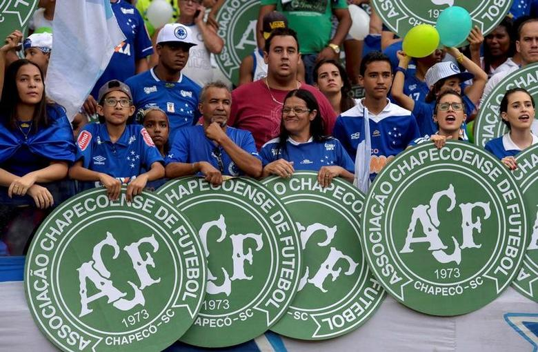 Football Soccer - Cruzeiro v Corinthians - Brazilian Series A Championship - Mineirao stadium, Belo Horizonte, Brazil, 11/12/16. Fans of Cruzeiro show the logos of Chapecoense in tribute to the victims of the Colombia plane crash containing the Chapecoense players. REUTERS/Washington Alves