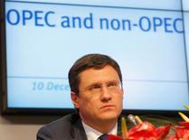 Александр Новак на пресс-конференции после заседания ОПЕК в Вене. Российский бюджет ориентирован на цену нефти в $40 за баррель, но диапазон $50-$60 более комфортен для бюджета и удовлетворяет интересам как производителей, так и потребителей нефти, сообщил в понедельник глава Минэнерго РФ Александр Новак, слова которого приводит официальный твиттер-аккаунт ведомства.  REUTERS/Heinz-Peter Bader