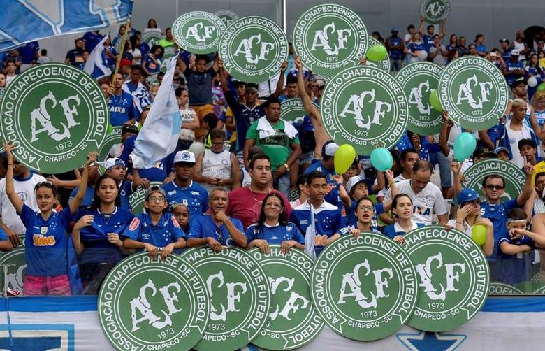 Football Soccer - Cruzeiro v Corinthians - Brazilian Series A Championship - Mineirao stadium, Belo Horizonte, Brazil, 11/12/16. Fans of Cruzeiro show Chapecoense logos in tribute to the victims of the Colombia plane crash containing the Chapecoense players. REUTERS/Washington Alves