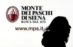 En la imagen, un cartel de Monte dei Paschi di Siena en Milán el 14 de enero de 2016. Italia está lista para inyectar capital a Monte dei Paschi di Siena si el endeudado banco no consigue el efectivo que necesita de los inversores para seguir operando, dijo el lunes una fuente del Tesoro italiano. REUTERS/Stefano Rellandini/File Photo