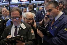 Operadores trabajando en la bolsa de Wall Street en Nueva York, dic 14, 2016. Las acciones de Yahoo Inc caían casi un 5 por ciento el jueves luego de que la compañía tecnológica divulgara que fue blanco de una segunda violación masiva de seguridad que elevó los temores de que Verizon pueda poner fin a un acuerdo para comprar su principal negocio de Internet.  REUTERS/Lucas Jackson