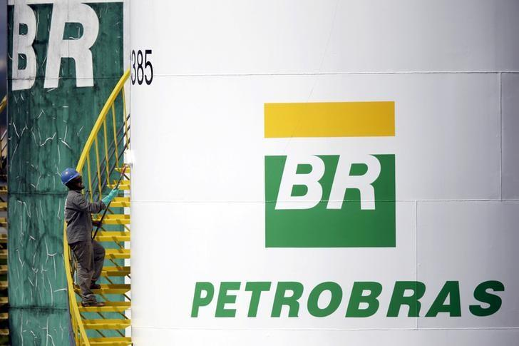 A worker paints a tank of Brazil's state-run Petrobras oil company in Brasilia, Brazil September 30, 2015. REUTERS/Ueslei Marcelino/Files