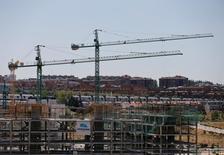 El mercado del suelo, uno de los más ilíquidos en el inmobiliario español, registró un incremento de actividad en el tercer trimestre, aunque los precios a los que se realizaron las compraventas fueron todavía más bajos que los del año pasado. En la imagen, unas grúas de construcción en el norte de Madrid, el 18 de julio de 2016. REUTERS/Andrea Comas