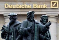 """Une filiale de Deutsche Bank a accepté de payer plus de 40 millions de dollars (38,2 millions d'euros) dans le cadre du règlement amiable d'un litige portant sur des soupçons de tromperie de certains clients au sujet de l'exécution de leurs ordre sur des """"dark pools"""", des plates-formes de transactions anonymes. /Photo d'archives/REUTERS/Kai Pfaffenbach"""