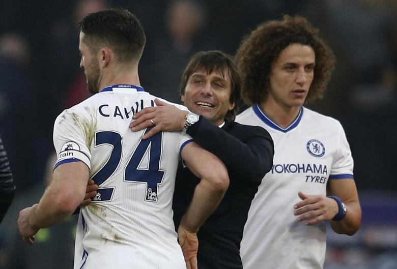 Britain Football Soccer - Crystal Palace v Chelsea - Premier League - Selhurst Park - 17/12/16 Chelsea manager Antonio Conte, Gary Cahill (L) and David Luiz celebrate after the game  Reuters / Peter Nicholls Livepic