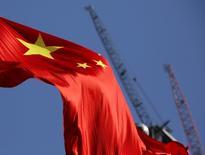 En la imagen, una bandera china en un sitio en construcción en Pekín en enero de 2016. El mercado inmobiliario chino se enfrió aún más en noviembre, cuando el alza de los precios promedio de las casas nuevas en las 70 ciudades principales del país se ralentizó frente a  octubre, tras una serie de medidas del Gobierno que parecieron desalentar la demanda especulativa. REUTERS/Kim Kyung-Hoon