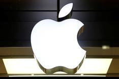 Apple lanzará esta semana una iniciativa legal contra la demanda récord de 14.000 millones de dólares por impago de impuestos que le exige la Unión Europea, argumentando que los reguladores ignoraron a los expertos y las leyes y eligieron de forma deliberada un método para maximizar la sanción, dijeron ejecutivos. En la imagen, el logo de Apple en una tienda de la compañía en Zúrich, el 22 de noviembre de 2016. REUTERS/Arnd Wiegmann