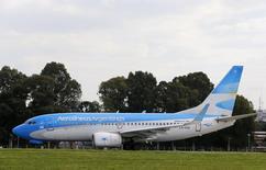 Un Boeing 737-700 de Aerolíneas Argentinas en la losa del aeropuerto doméstico de Buenos Aires, oct 15, 2013. Aerolíneas Argentinas, la compañía estatal del país austral, anunció el lunes que alcanzó un acuerdo con Boeing Co. para modificar un contrato firmado por el Gobierno anterior para la compra de 20 aviones que no se estaban pagando.             REUTERS/Enrique Marcarian