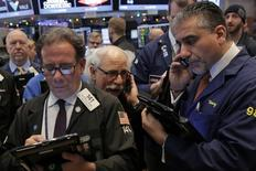 Wall Street a terminé lundi en faible hausse, réduisant ses gains après avoir appris qu'un camion avait foncé dans la foule près d'un marché de Noël à Berlin, faisant neuf morts et une cinquantaine de blessés. Le Dow Jones a gagné 39,65 points (0,2%) pour finir à 19.883,06. /Photo prise le 14 décembre 2016/REUTERS/Lucas Jackson