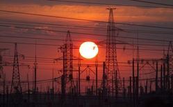 ЛЭП у Слуцка, Белоруссия 18 июня 2014 года. В Белоруссии, предприятия которой несут убытки из-за падения экспорта, внутренний долг за электричество и тепловую энергию вырос за год вдвое до $400 миллионов, сказал замминистра энергетики. REUTERS/Vasily Fedosenko