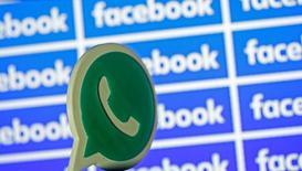 Les services de la concurrence de la Commission européenne ont accusé mardi Facebook d'avoir fourni des informations inexactes ou trompeuses sur son projet d'acquisition de la messagerie mobile WhatsApp en 2014, ouvrant la voie à une possible amende allant jusqu'à 1% du chiffre d'affaires du groupe américain. /Photo d'archives/REUTERS/Dado Ruvic