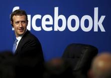 El regulador antimonopolio de la Unión Europea ha acusado a Facebook Inc de facilitar información engañosa durante la compra de WhatsApp, lo que podría desembocar en una posible multa de un uno por ciento de su facturación. En la imagen, el consejero delegado de Facebook, Mark Zuckerberg, en la sede de Facebook en Menlo Park, California, EEUU, el 27 de septiembre de 2015. REUTERS/Stephen Lam/File Photo