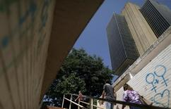 La sede del Banco Central de Brasil en Brasilia, dic 9, 2015. El Banco Central de Brasil prevé que el déficit de cuenta corriente del país se acrecentará a 28.000 millones de dólares en 2017 desde la brecha por 22.000 millones de dólares calculada para 2016, según datos divulgados el martes.   REUTERS/Ueslei Marcelino