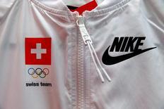 Логотип Nike на олимпийской форме команды Швейцарии.  Nike Inc, крупнейший в мире производитель спортивной одежды и обуви, отчитался о лучших, чем ожидалось, квартальных выручке и прибыли и указал на восстановление в категории баскетбольных товаров.   REUTERS/Arnd Wiegmann