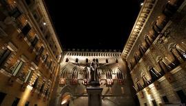 Banca Monte dei Paschi di Siena a dit mercredi n'avoir reçu aucune marque d'intérêt de la part d'investisseurs de référence pour son augmentation de capital, ce qui semble condamner la troisième banque italienne à se tourner vers l'Etat pour éviter la faillite. /REUTERS/Stefano Rellandini