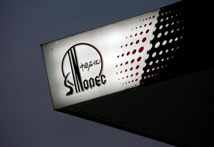 The Sinopec logo is seen at one of its gas stations in Hong Kong April 26, 2010.   REUTERS/Bobby Yip/Files