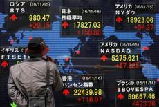 Imagen de un hombre mirando pantallas con cotizaciones ante una casa de valores en Tokio, el 16 de noviembre de 2016. El promedio de acciones Nikkei de Japón cayó el lunes, en una sesión con un bajo volumen de negocios, arrastrado por el declive de los títulos de firmas bancarias y de exportadoras, con un menor apetito por el riesgo debido a una pausa en la reciente tendencia bajista del yen. REUTERS/Toru Hanai
