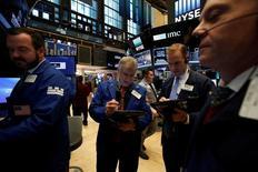 La Bourse de New York a ouvert en légère hausse mardi, soutenue par la hausse des cours du pétrole, dans des échanges réduits après trois jours de fermeture pour les fêtes de Noël. Dans les premiers échanges, l'indice Dow Jones gagne 32,50 points, soit 0,16%. /Photo prise le 22 décembre 2016/REUTERS/Andrew Kelly