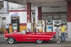 Un vehículo de colección en una gasolinera en La Habana, ene 12, 2015. La economía de Cuba se contrajo un 0,9 por ciento en 2016 por menores exportaciones a sus aliados productores de crudo afectados por los bajos precios petroleros, dijo el martes el ministro de Economía y Planificación, Ricardo Cabrisas, en una presentación a puertas cerradas.   REUTERS/Alexandre Meneghini