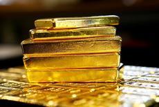Золотые слитки. Золото в среду стабилизировалось, отыграв потери в начале торговой сессии, на фоне укрепления доллара и европейского рынка акций, отступая от достигнутого в предыдущей сессии максимума почти двух недель.  REUTERS/Leonhard Foeger/File Photo