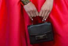 Le fabricant et distributeur de sacs à main et accessoires américain Kate Spade envisage de se mettre en vente et recherche un éventuel acquéreur, rapporte mercredi le Wall Street Journal qui cite des sources proches du dossier. /Photo d'archives/REUTERS/Eric Thayer