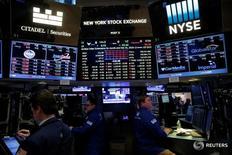 Трейдеры на торгах фондовой биржи в Нью-Йорке 28 декабря 2016 года. Уолл-стрит закрылась в минусе после торгов среды, прошедших при небольших объемах, повсеместное снижение отчасти было вызвано резким падением продаж вторичной недвижимости. REUTERS/Andrew Kelly
