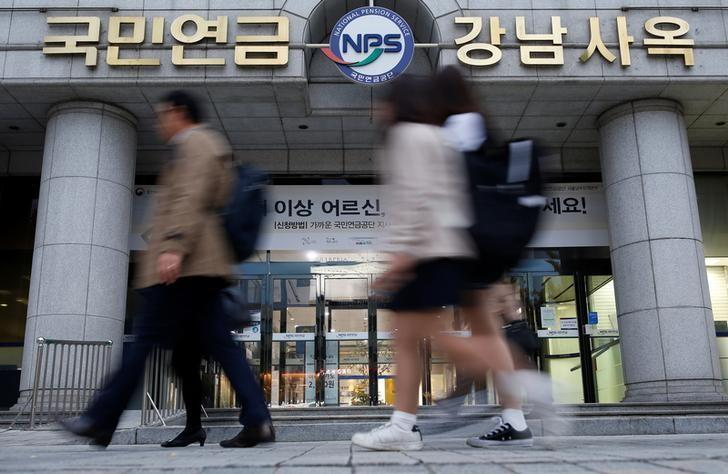 People walk past a branch office of the National Pension Service (NPS) in Seoul, South Korea, November 4, 2016. Picture taken on November 4, 2016.  REUTERS/Kim Hong-Ji