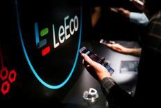 Le groupe chinois LeEco a annoncé jeudi discuter d'une recapitalisation de 10 milliards de yuans (1,37 milliard d'euros) par un investisseur dont il n'a pas révélé l'identité, mais cette perspective semble insuffisante pour dissiper les doutes sur la santé financière du conglomérat de hautes technologies. /Photo prise le 19 octobre 2016/REUTERS/Beck Diefenbach