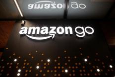 Amazon.com Inc ha presentado una patente para utilizar dirigibles para almacenar productos y servir como base para los drones que quiere utilizar para entregar sus productos. Imagen del logo de Amazón Go tomada el 5 de diciembre de 2016. REUTERS/Jason Redmond