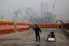El sector manufacturero chino se expandió a un ritmo más débil de lo esperado en diciembre, con un crecimiento desacelerado con relación al mes anterior. En la imagen, un trabajador rocía agua en una obra en Pekín el 31 de diciembre de 2016.  REUTERS/Thomas Peter